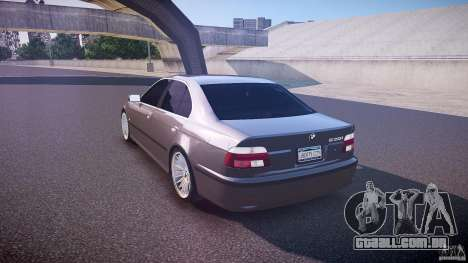 BMW 530I E39 stock white wheels para GTA 4 traseira esquerda vista