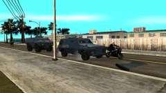SWAT e FBI caminhão andam pelas ruas de