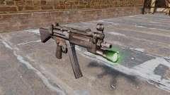 Pistola-metralhadora HK MP5 com lanterna